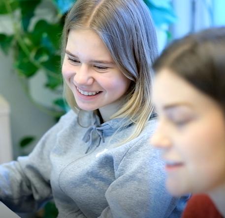 Emma har privatundervisning med en mentor fra MentorNorge. I leksehjelpen jobber de med matematikk.